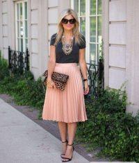 Розовая плиссированная юбка с черной блузкой