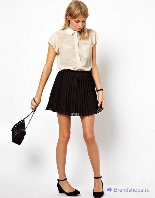 Девушка в короткой юбке и светлой блузке