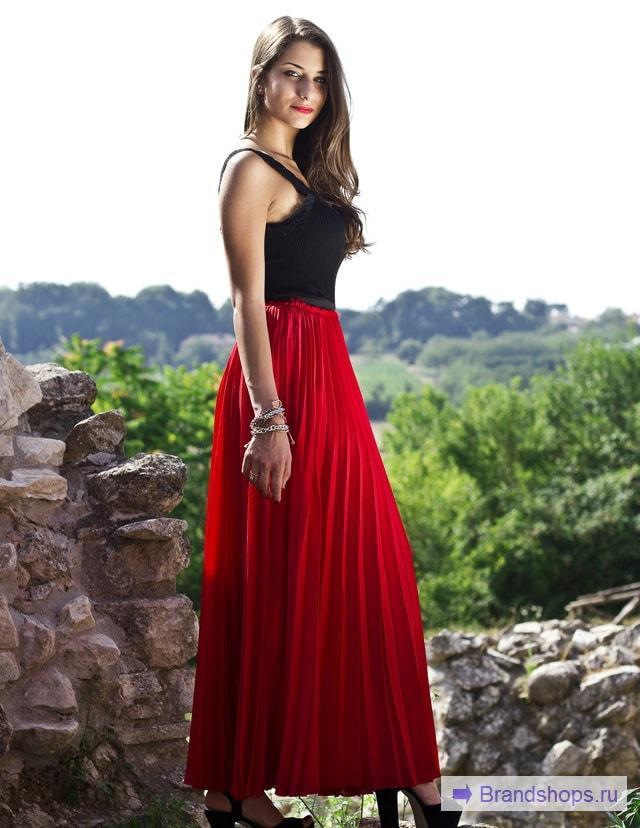 Красная юбка и черный верх