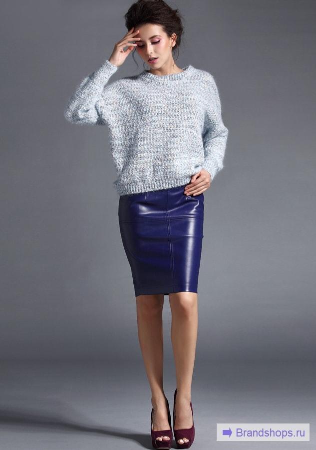 Девушка в кожаной юбкке со свитером