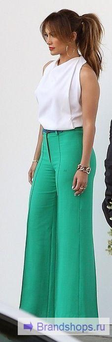 Дженнифер Лопес в брюках-клеш от бедра